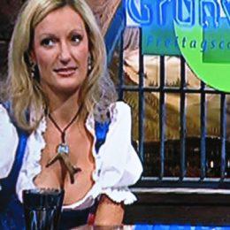 Monika Gruber bei Grünwald mit Krückerl-Anhänger